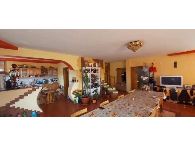 Casă cu 5 dormitoare, 3 bai, bucatarie + cămară, living, an 2010